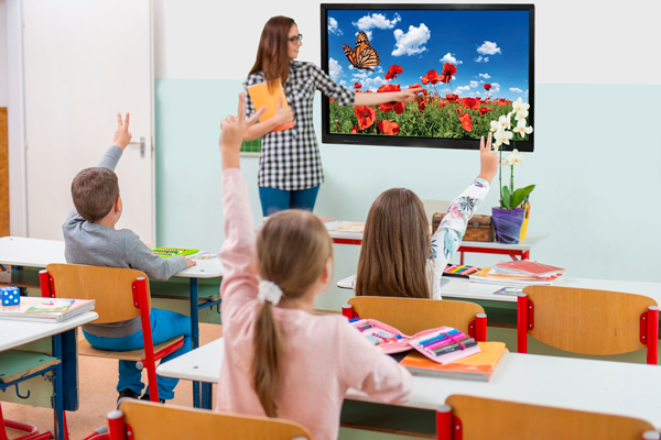 Aula scolastica con monitor touch screen SmartMedia